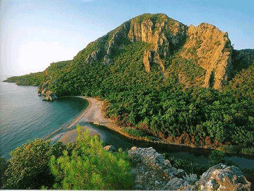 Çıralı/Kemer/Antalya/// Çıralı, Kemer ilçesine bağlı Ulupınar mahallesinin mevkiidir. Olimpos Beydağları Milli Parkı sınırları içinde yer alan Çıralı, üç kilometre kumsalın oluşturduğu sahil şeridinde koruma altındaki deniz kaplumbağalarının üreme alanıdır.