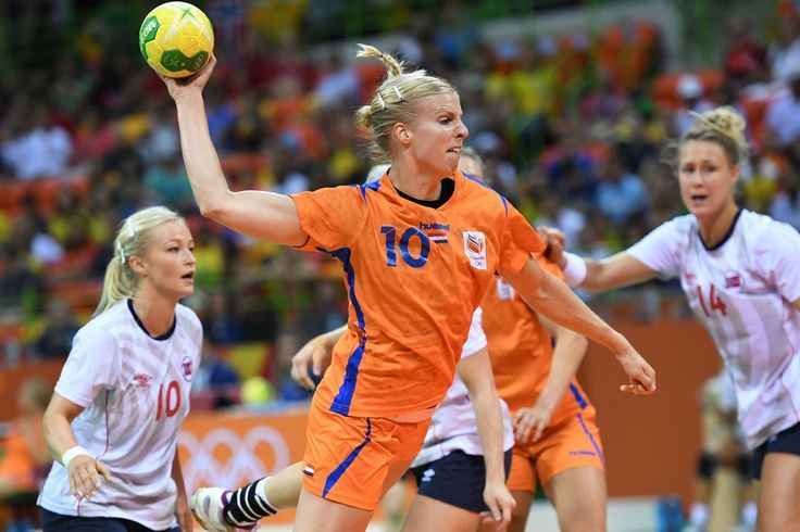 Netherlands' pivot Danick Snelder jumps to shoot past Norway's centre back Stine Bredal Oftedal (L) during the women's Bronze Medal handball match Netherlands vs Norway for the Rio 2016 Olympics Games at the Future Arena in Rio on August 20, 2016. / AFP / afp / Roberto SCHMIDT