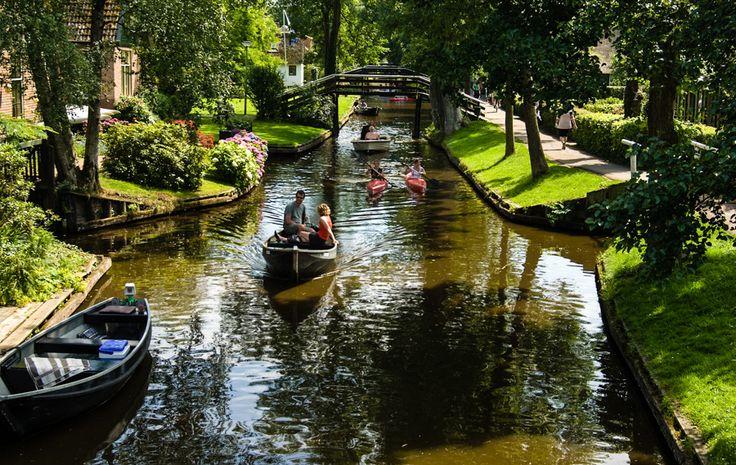 Un village sans routes, ni voitures : Découvrez ce petit paradis sur terre aux Pays-Bas, Giethoorn, situé en région d'Overjissel.