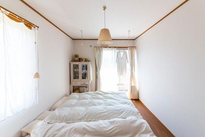 2階のベッドルーム。家具はアンティークのキャビネットのみ。窓にかけているのは、パリの蚤の市で買い愛用しているリネンの服。