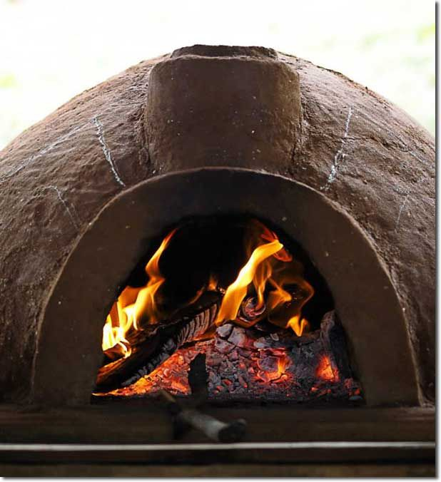 A No-Straw Clay Pizza Oven - If you are into permaculture, eco-construction and/or just cool garden projects, then building your own pizza oven has undoubtedly made a blip on the radar at some point.