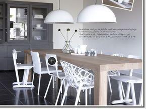 licht houten tafel met witte stoelen gaat prima samen