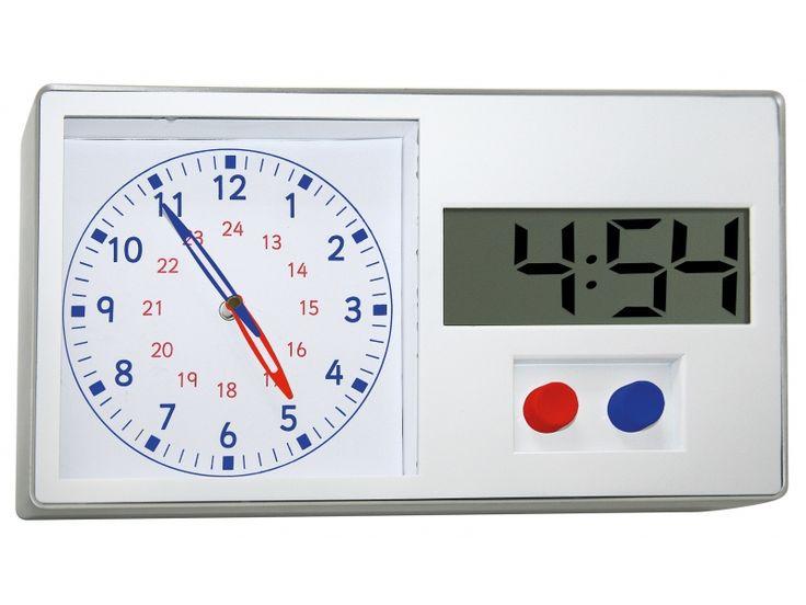 5:57 is gelijk aan 3 minuten voor 6 uur? Deze klok helpt kinderen het verschil tussen analoge en digitale tijd te begrijpen. Met een druk op de knop wordt de tijd ingesteld, de beide klokken lopen daarbij synchroon. Bij het leren kan een deel afgedekt worden, waarmee de tweede tijd als opgave kan dienen. De digitale klok kan op 12 of 24 uur ingesteld worden. Kan zowel op de tafel gezet worden of aan de muur hangen.