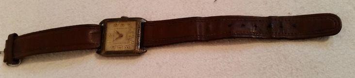 """Armbanduhr Herren Herrenarmbanduhr Jugendstil Reichssilberstempel antik Silber  Verkaufe eine sehr alte Armbanduhr aus der Zeit des deutschen Kaiserreichs. Dem Design nach dürfte es sich um Jugendstil handeln.  Das Gehäuse besteht aus Silber (0,935 lt. Stempel, zusätzlich mit dem Reichssilberstempel versehen). Die Ziffern könnten mit Goldeinlagen versehen sein (ist aber nur eine Vermutung meinerseits).  Die Uhr ist mit der Nummer """"14175"""" auf der Rückseite des Gehäuses versehen, der…"""