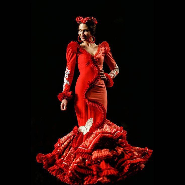 Hoy repasamos otra de las colecciones de #simof2015 con este precioso traje rojo de @ana_moron qué nos regalará este año?  #modaflamenca #modadesevilla #moda #desing #blogger #fashionblogger #fashion #blogdemoda #style #instafashion #instablogger