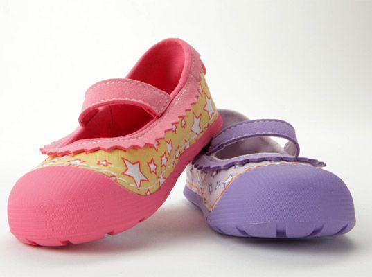 Τα  πρώτα βήματα του παιδιού - http://paidikapapoutsia.gr/ta-prota-vimata-tou-paidiou/