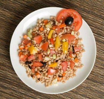Insalata di farro con olive taggiasche, pomodoro, basilico, olio extravergine e parmigiano Ordinalo su www.tramezzino.it  Una ricetta di #tramezzino