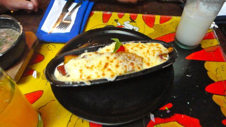 Pinocho - Platano maduro gratinado con queso y relleno con bocadillo - La Juguetería Restaurante.