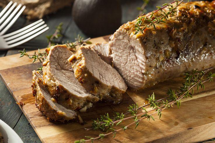 Préparation : 1. Préchauffez votre four à 180°C. Emincez les oignons. 2. Salez et poivrez la viande. Pratiquez 8 incisions sur le dessus et glissez-y les branches de romarin en les laissant un peu …