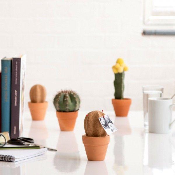Grâce à ses épingles à tête, regroupez vos notes et photos sur ce joli cactus en liège. Son pot en céramique fera quant à lui office de vide poche, plutôt pratique non ?   🌵 #cactus #desert #cork #liege #postit