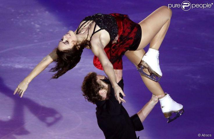 Nathalie Péchalat et Fabian Bourzat se produisent hors compétition dans le cadre du Trophée Eric Bompard, à Bordeaux, le 21 novembre 2014.