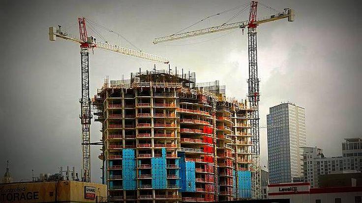 Real Estate: Grúas gigantes que no lograron ser desmontadas a tiempo, amenazan a los rascacielos de la ciudad de Miami ante la llegada del huracán. Son al menos 25 grúas que son capaces de resistir vientos de hasta 230 kilómetros por hora, inferior a los vientos del huracán, por lo tanto de desplomarse se convertirían en proyectiles para los edificios cercanos.