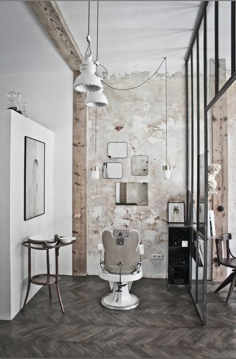 """Salon de coiffure """"Le discret"""" - verrière métallique - fauteuil barbier - accumulation de miroirs laiton"""