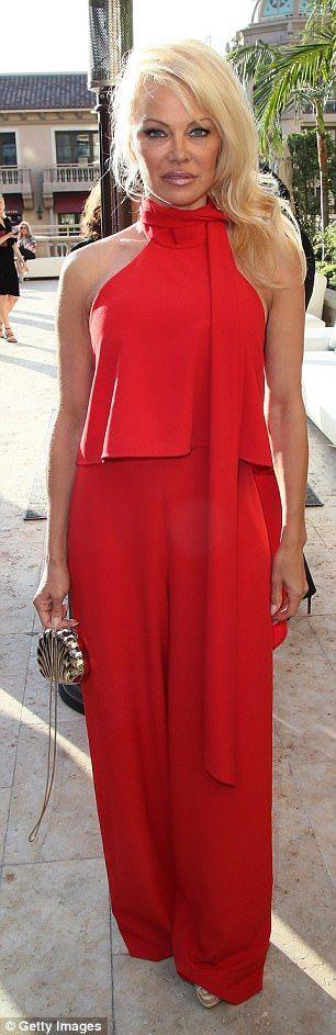 Красный горячий: Памела выглядела сногсшибательно в красном комбинезоне, который показал драпировки. Бывший спасатели Малибу звезда носит ее волосы разметало в одну сторону и в свободные волны