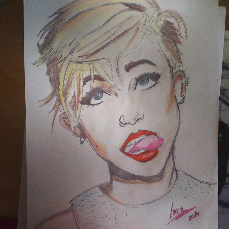 Dunkelhaarige milf Miley Smiley spielt mit Ihren Titten