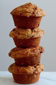 Sins kort eet ik deze mega gezonde muffins in de vroege ochtend. Ik prep ze altijd op mijn vrije dag, zodat ik direct na het opstaan de deur uit kan. De rijpe mango maakt ze lekker zoet en moist en guess what, er zit zelfs courgette in! Dat maakt dit ontbijt nóg gezonder. Get up &… Read More »