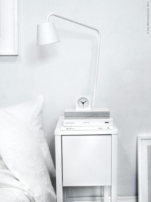Drömlikt vitt med TISDAG LED arbetslampa, OFELIA VASS påslakan och NORDLI avlastningsbord