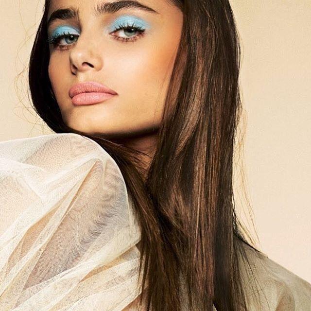 Coisa mais linda Taylor Hill com essa sombra azul piscina - cor nos olhos de um jeito super cool