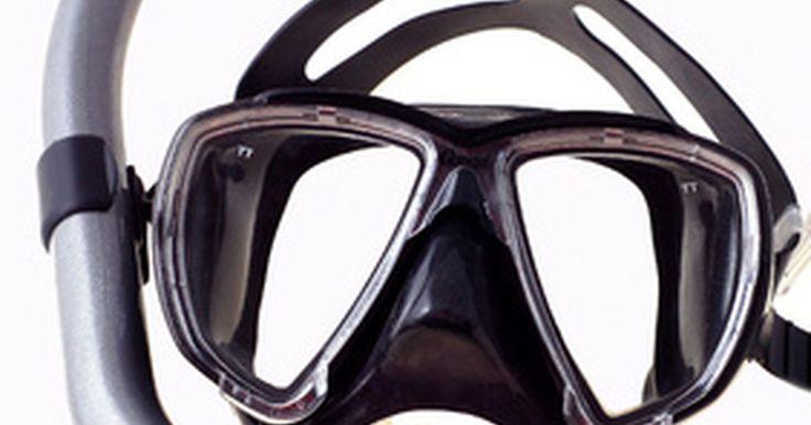 Faça você mesmo: Anti-embaçante para máscaras de mergulho. Uma máscara de snorkel é uma máscara de mergulho à prova d'água simples que lhe permite enxergar claramente sob a água. Para que essa máscara seja eficaz, é preciso manter suas lentes limpas e livres de embaciamento, o que pode ser um pouco mais complicado do que imagina devido a propensão dessas máscaras de se embaçarem quando submersas. ...