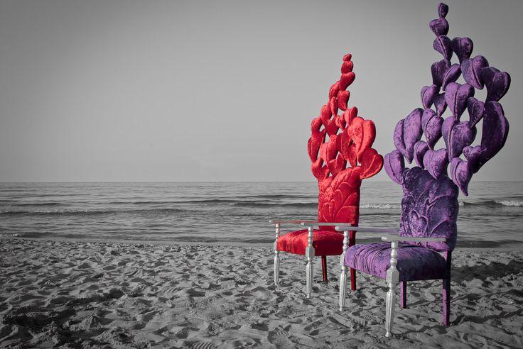 Sedie-scultura con volo di cuori!