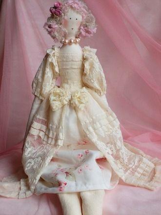 """POUPEE PIN'UP Romantique en tissu /chiffon """"MEREDITH""""   Un cadeau à offir ou à s'offrir pour la fête des Mères  Hauteur environ 60 cm  La poupée est vêtue d'une robe en - 8530649"""