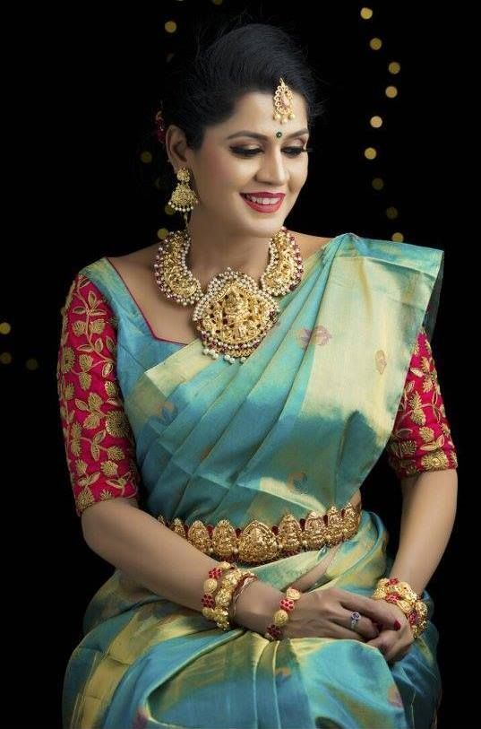 [Click on the photo to book your wedding photographer]  South Indian Wedding Garlands Wedding garlands, wedding mala, wedding jaimala, wedding var mala  Curated By Best Indian Candid & Destination Wedding Photography: Magica #Indianweddingdresses #indianweddings #indianweddingphotography