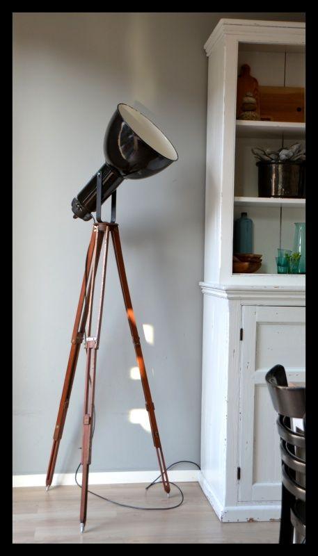 Zwarte industriële Bauhaus lamp op oud statief. Mooi!   Industriële lampen…