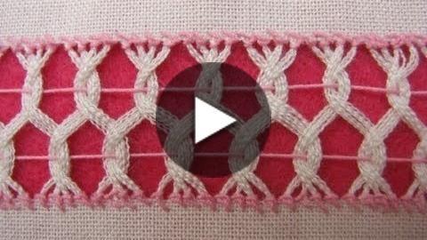 Sencilla puntada, entrelazando vainicas de dos en dos (puntada anterior, muestrario 4) en dos filas desfasadas. Se puede usar en cortinas, servilletas, franjas de rebozos y mantelería en general. Tela: lino Panamá. Hilo: Omega crochet del 20 color rosa