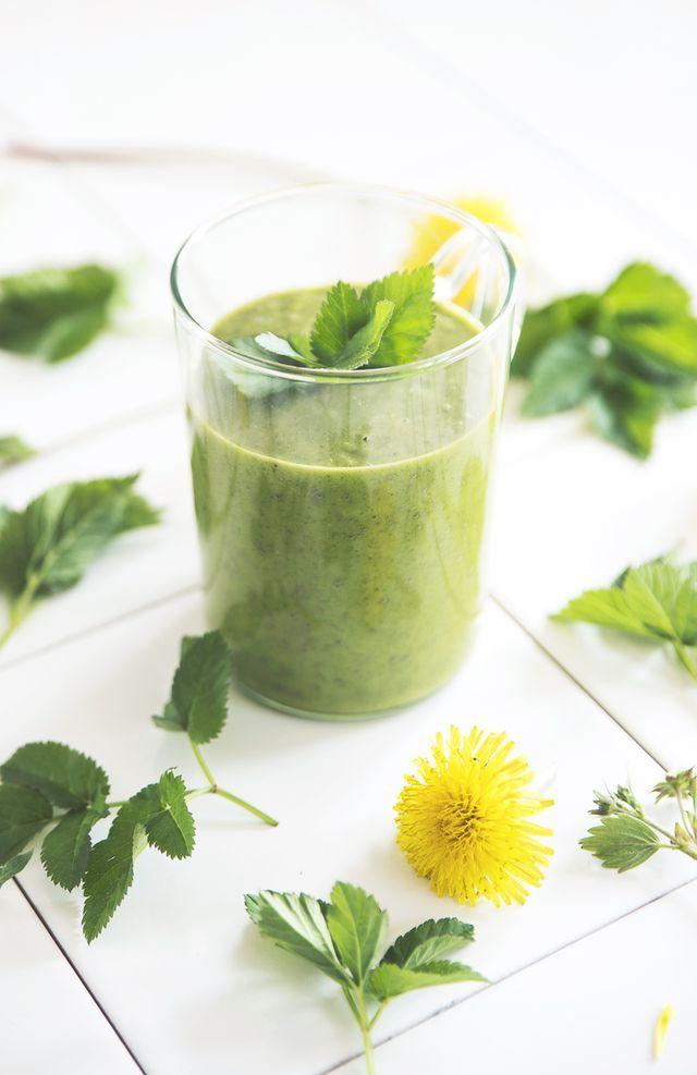 Gör ätbara saker av ogräset- Recept på smoothie med kirskål, mango och citrus