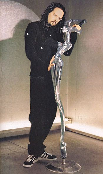 Jonathan Davis with Giger's beautiful mic.  No one will ever Sing as good as he can! <3