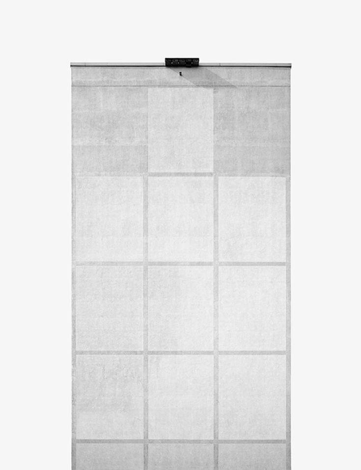 """Johann Besse es un fotógrafo suizo que vive actualmente en Berlín. Para su serie de 2011 """"Pan"""" tomó varias tomas de edificios prefabricados ( Plattenbauten ), ubicado en la capital alemana. Él procedeed a descontextualizar sus fachadas laterales con el fin de transformar cada uno de ellos en una especie de objeto pintado colocado contra un fondo gris uniforme. Si bien la transformación de los edificios en una secuencia casi abstracta, Besse documentó la reproducción de un tipo de una manera…"""