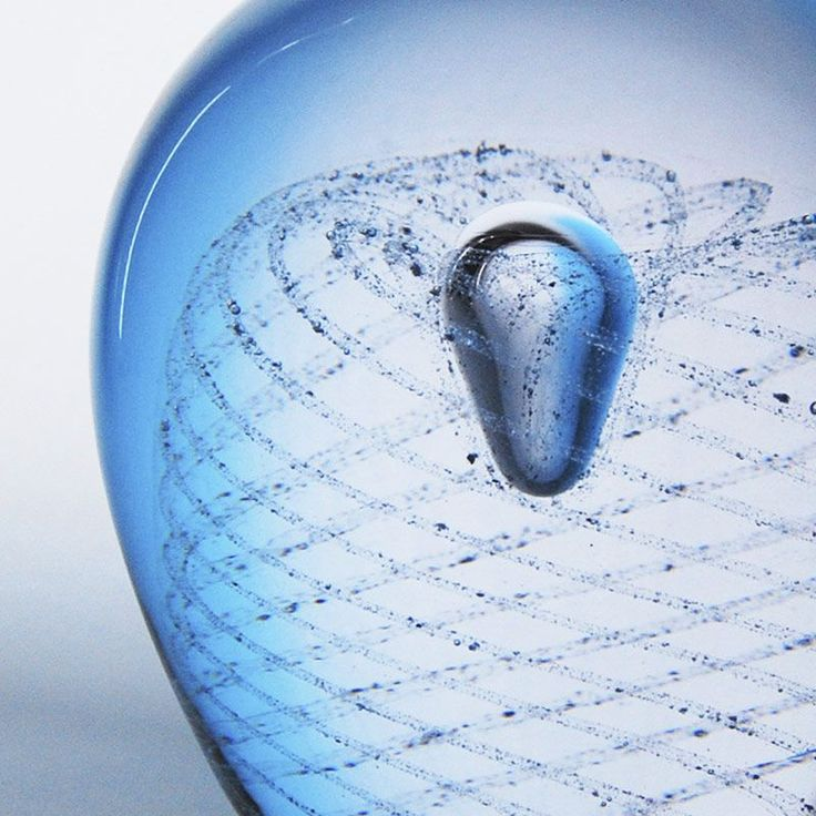 Huoma - muistoesineessä lemmikin tuhka muodostaa spiraalikuvion, joka symboloi elämän kiertokulkua. Spiraalikuvio saadaan aikaan perinteisellä filigraanitekniikalla. Huoma-muistoesine valmistetaan kirkkaasta lasista. Tilaa osoitteesta www.uurnalemmikille.fi