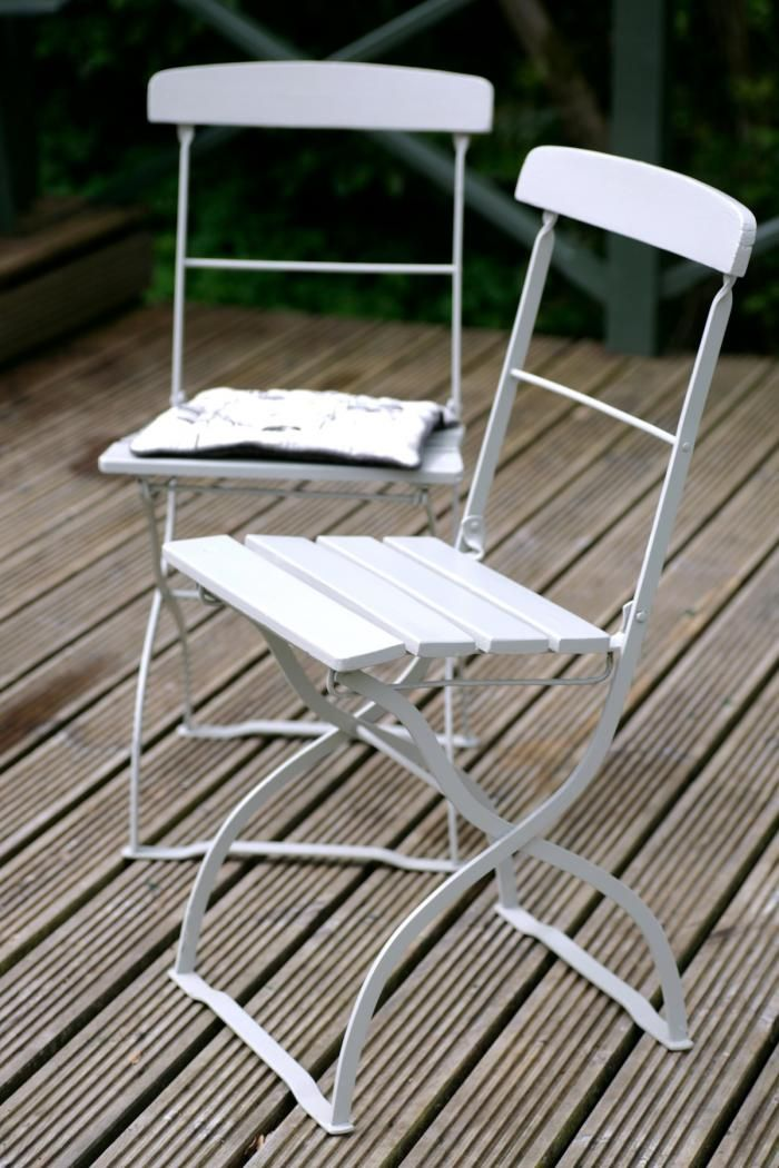 folding wood and metal outdoor chairs via gardenista - Folding Outdoor Chairs