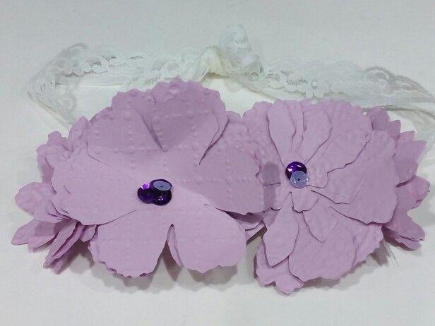 Tocado-tiara. Flores de cartulina grabada y troquelada.