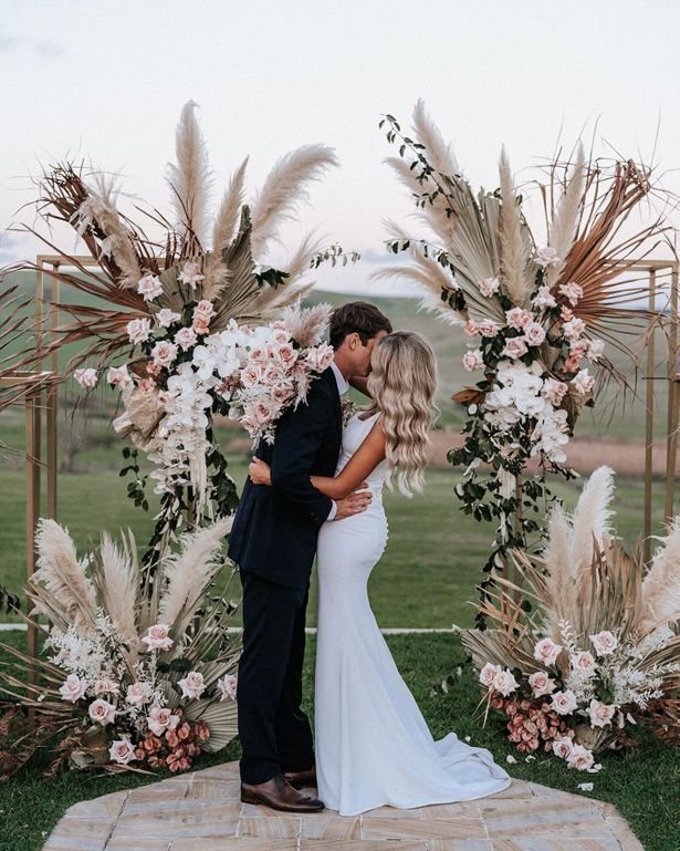 18 Creative Ways To Use Pampas Grass In Your Wedding Decor Boho Hochzeit Hochzeit Hochzeit Blumenarrangements