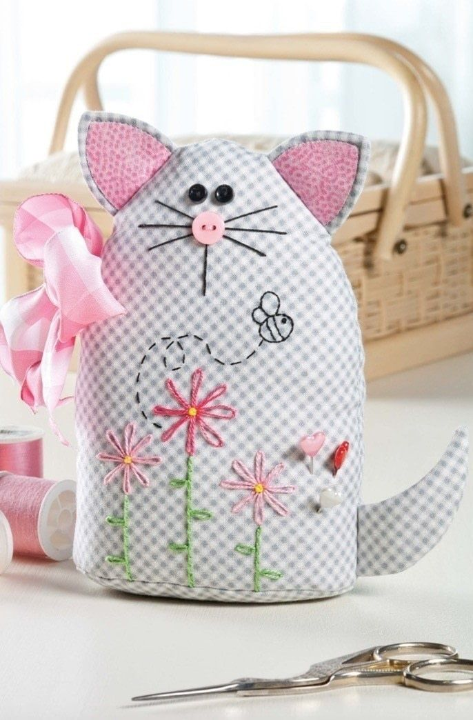 Sweet Kitty Pincushion • Free tutorial with pictures on how to make a pin cushions in under 120 minutes