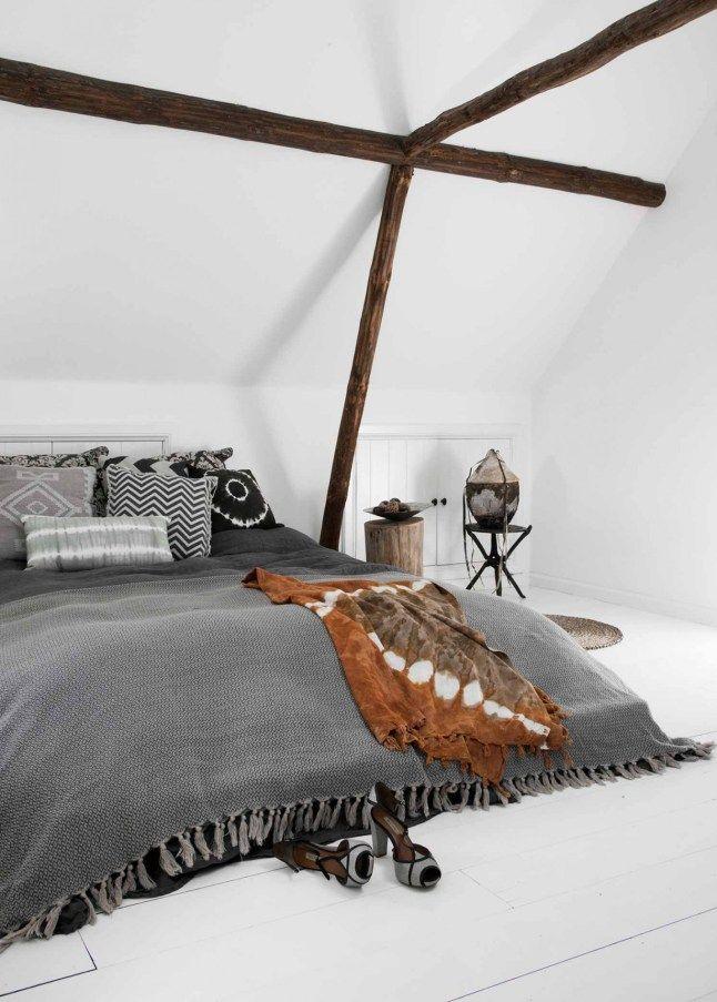 Une chambre d'inspiration bohème, sous les toits, avec du linge de lit cosy