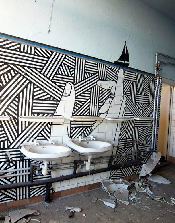 """Zoom sur le """"Tape Art"""" de l'artiste australienBUFF DISS, qui utilise du masking tape, du ruban adhésif et du papier collant pour peupler la ville de ses cré"""