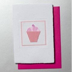 Unieke fairtrade wenskaart met illustratie van een roze cupcake            Zonder tekst (zowel buiten- als binnenkant) dus voor meer doeleinden bruikbaar. Bijvoorbeeld leuk te gebruiken als uitnodiging voor een high tea, verjaardagsfeestje, etc. Maar ook gewoon als felicitatie voor een jarige.         Gemaakt door Ki`pe'peo - een organisatie die...