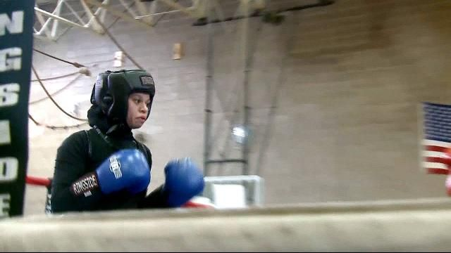 A teenage girl from the state of Minnesota has made history by becoming the first person to compete fully covered in a US boxing event.