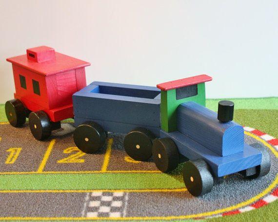 Un treno di choo choo giocattolo artigianale che i bambini si divertiranno con per generazioni. Nostro choo choo train set con un motore, auto carbone e Caboose gira su immaginazione; non sono necessarie batterie!  Questo giocattolo è in magazzino e pronti per la spedizione. Motore, auto di carbone & caboose – lintero treno è lungo circa 21 pollici, auto sono 4½ vasta; lauto più alta è da 5¼ alta; ogni vettura è lunga da 6½.  Fatto di legno e verniciato con vernice acrilica atossica, util...