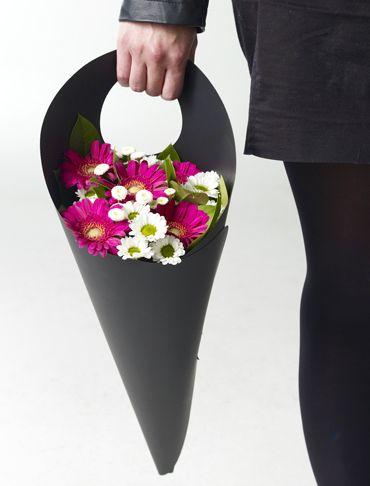 Plus besoin de plier le biceps ou de tendre le bras pour diriger le bouquet vers le bas, Conepack permet de transporter ses fleurs de façon naturelle par sa hanse