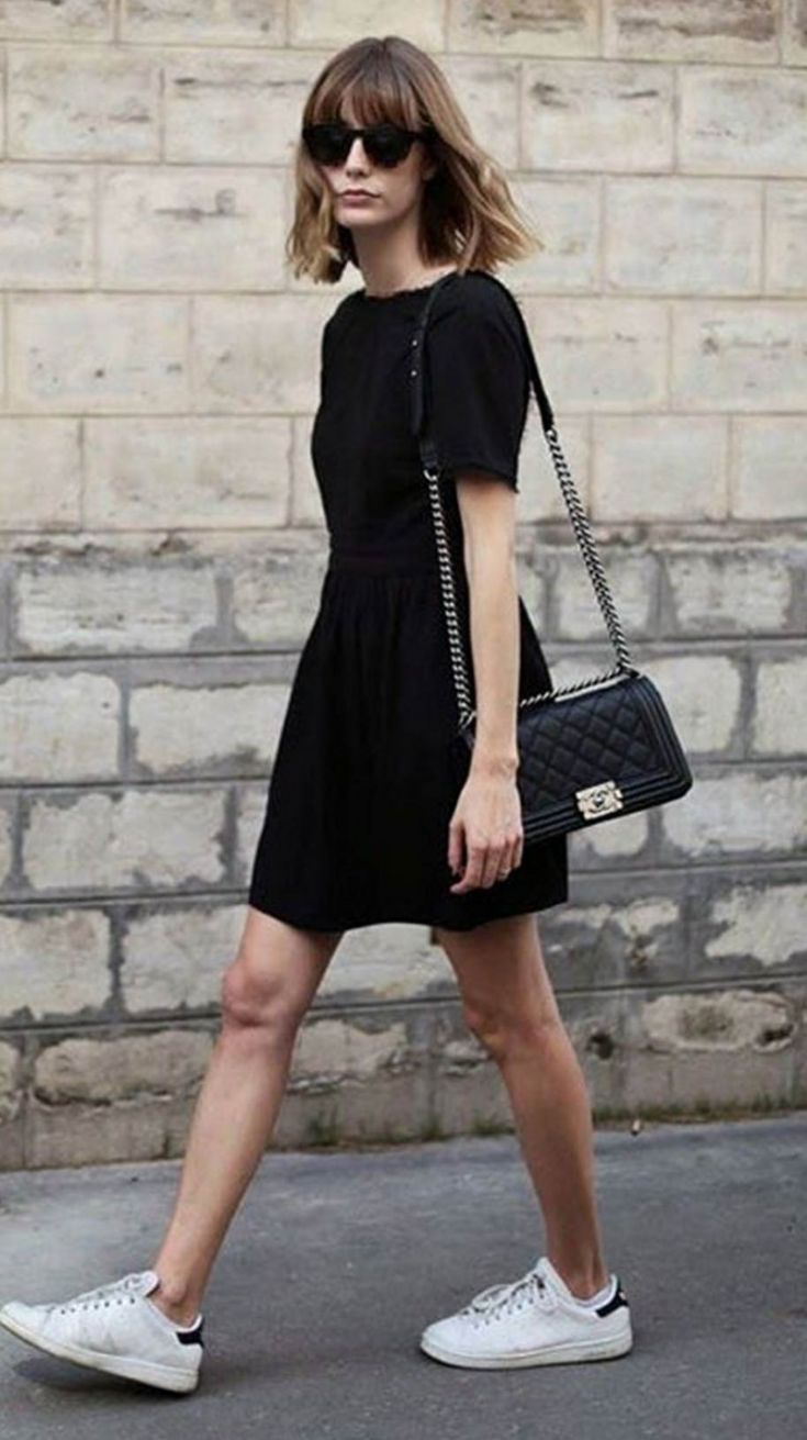 schwarzes kleid mit turnschuhen