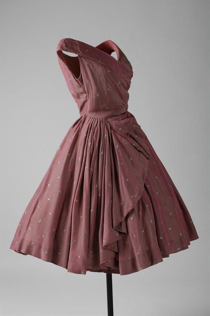 A takhle vypadá originál z 50. let. Růžové společenské šaty ze šantungu se strojovou výšivkou vznikly ve slavném módním salonu Hany Podolské.