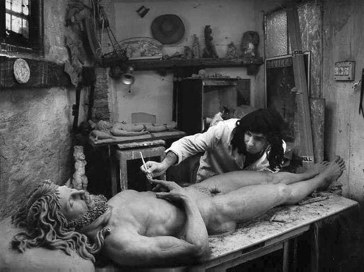 Atín Aya, Escultor imaginero en su taller del barrio de Triana, 1991