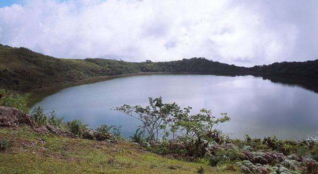 La laguna El Junco se encuentra a 19 kilómetros de Puerto Baquerizo Moreno. Lee más en:https://www.facebook.com/notes/parque-nacional-galapagos/laguna-el-junco/655044467939938…