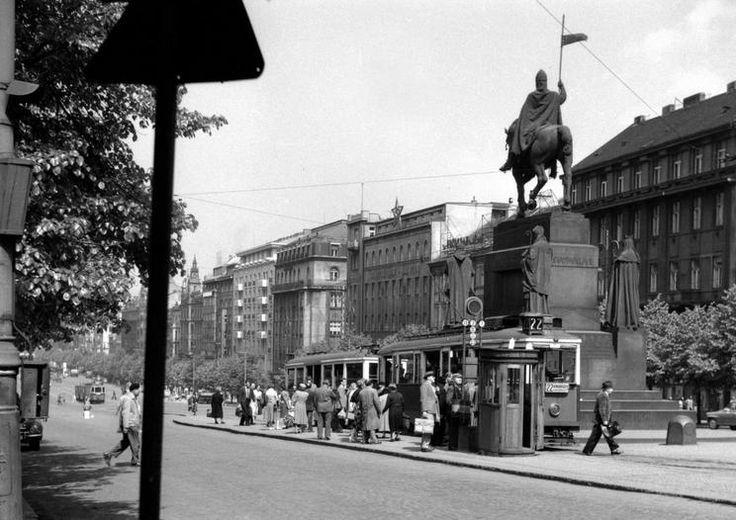 Tramvajová trať na Václavském náměstí byla až do svého zrušení roku 1980 hlavním uzlem celé tramvajové dopravy v Praze, vedlo tudy vždy relativně nejvíce linek, spojujících dohromady celé město. - (Foto: autor nezámý)