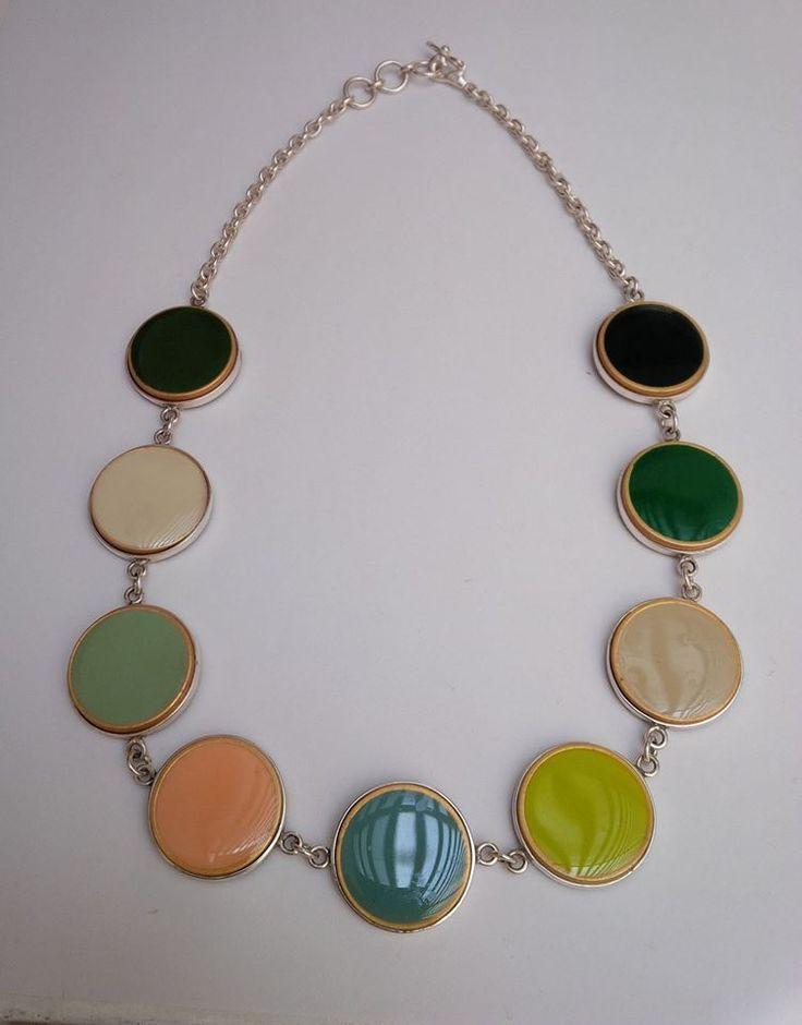 collar de botones de colores