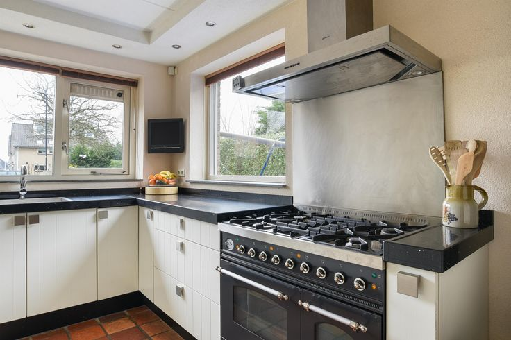 De keuken is voorzien van diverse inbouwapparatuur. Wij noemen: een stoomoven, koelkast met vriesvak, vaatwasser en als echte eye-cather; een 5 pits Boretti gasfornuis met een dubbele oven!