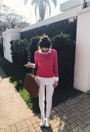 Outfit with beige bags of Zara, white Converse's sneakers, white jeans of the brand Zara, white Zara's shirts, and light pink sweaters of the brand Cor De Rosa